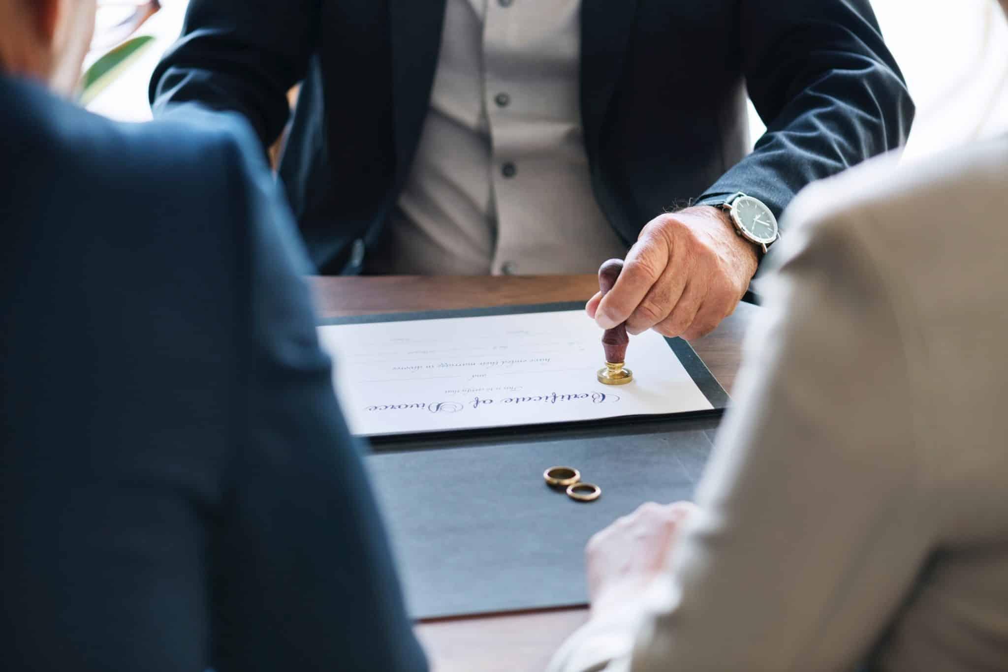 גירושין של מנהלים ובני/בנות זוגם